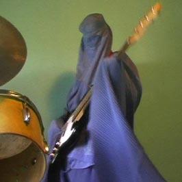 Foto van een burkadragende rockgitarist